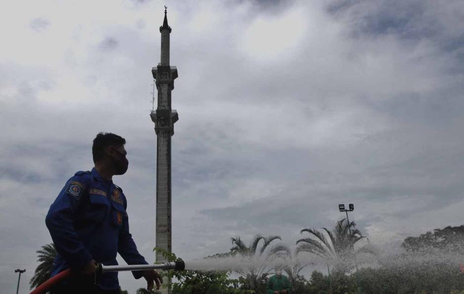Cegah Covid-19, Masjid Al-Markaz Al-Islami Makassar Disemprot Disinfektan-1
