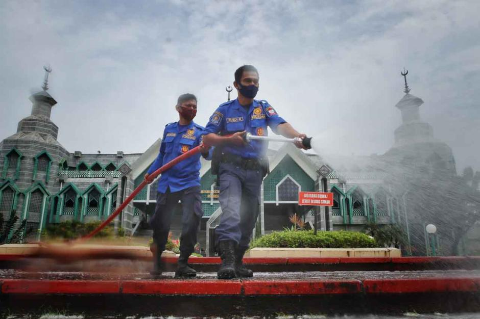 Cegah Covid-19, Masjid Al-Markaz Al-Islami Makassar Disemprot Disinfektan-4