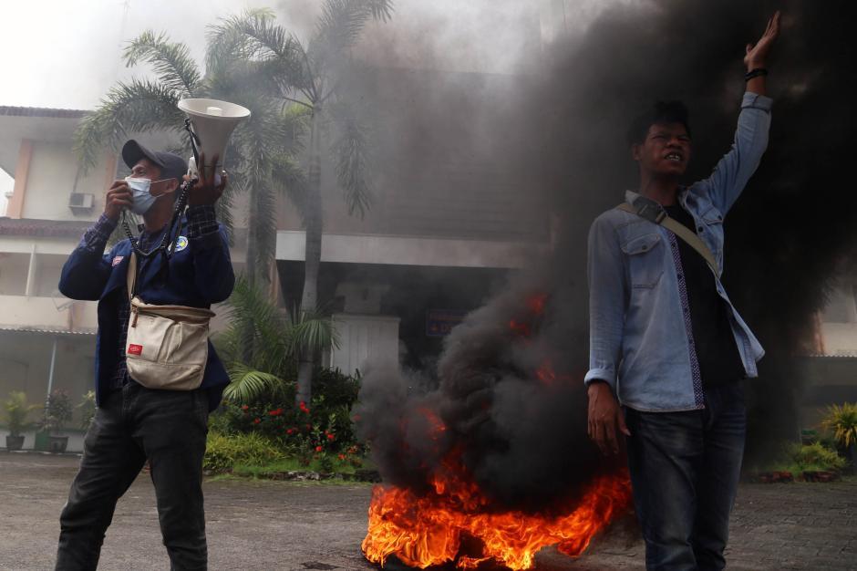 Aksi Mahasiswa Unitomo Bakar Ban di Depan Gedung Kampus-4