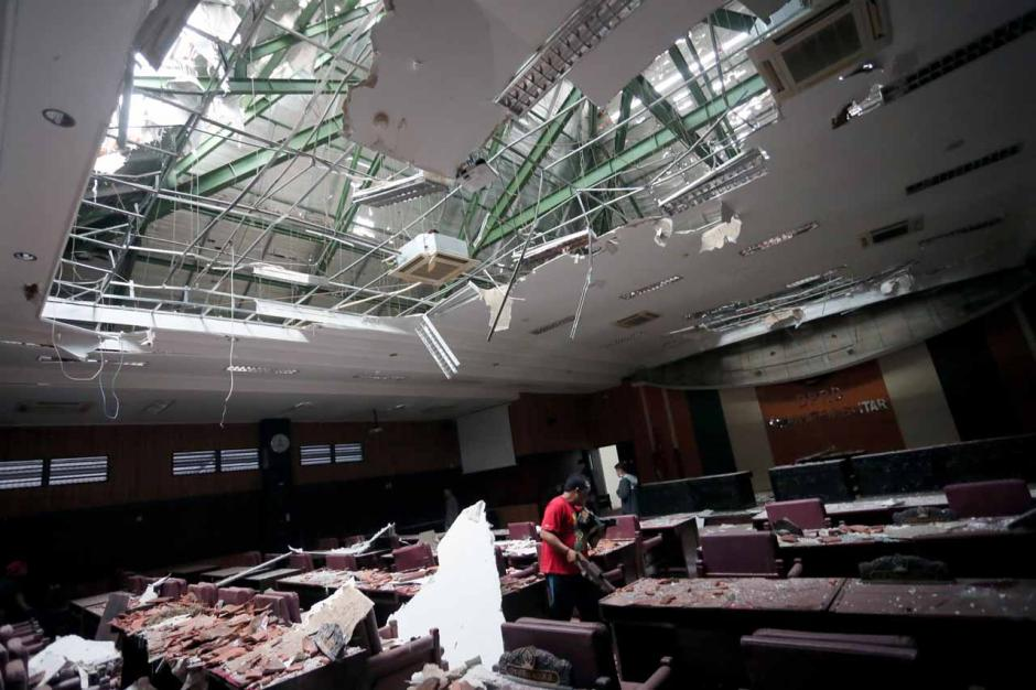 Gempa Malang Akibatkan Atap Gedung DPRD Kabupaten Blitar Ambruk-3