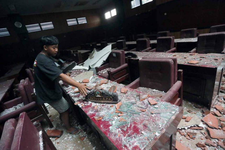 Gempa Malang Akibatkan Atap Gedung DPRD Kabupaten Blitar Ambruk-2