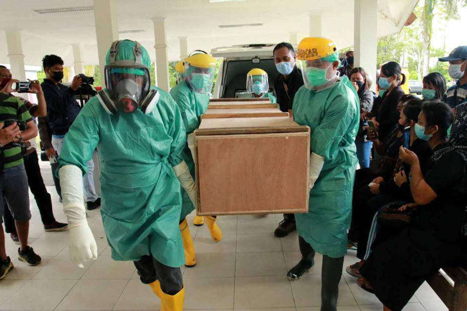 Jenazah Guru Korban Penembakan KKB Tiba di RSUD Mimika-2