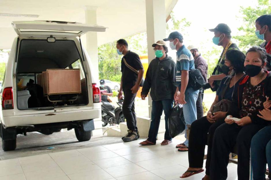 Jenazah Guru Korban Penembakan KKB Tiba di RSUD Mimika-0
