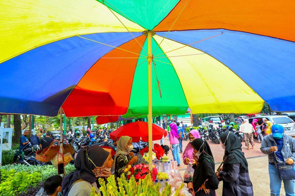 Kembali Ramai Peziarah, Pedagang Bunga Tabur TPU Karet Bivak Kebanjiran Pembeli-1