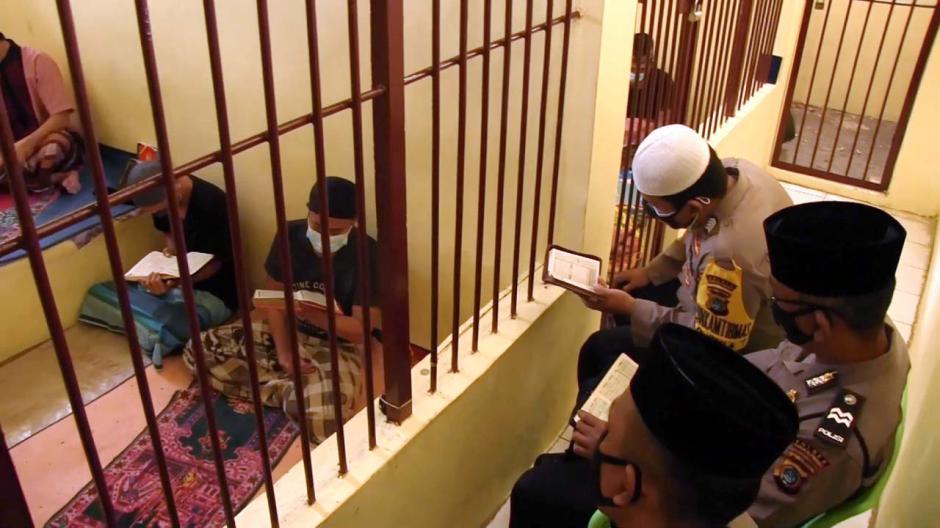 Dari Balik Jeruji, Polisi Ini Ajarkan Tahanan Mengaji dan Sumbangkan Gaji untuk Bantu Warga-2