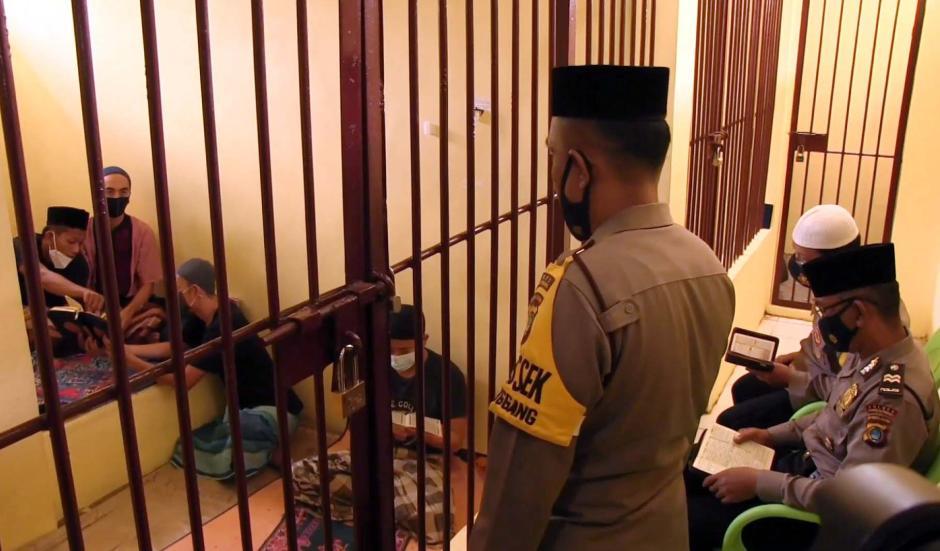 Dari Balik Jeruji, Polisi Ini Ajarkan Tahanan Mengaji dan Sumbangkan Gaji untuk Bantu Warga-0