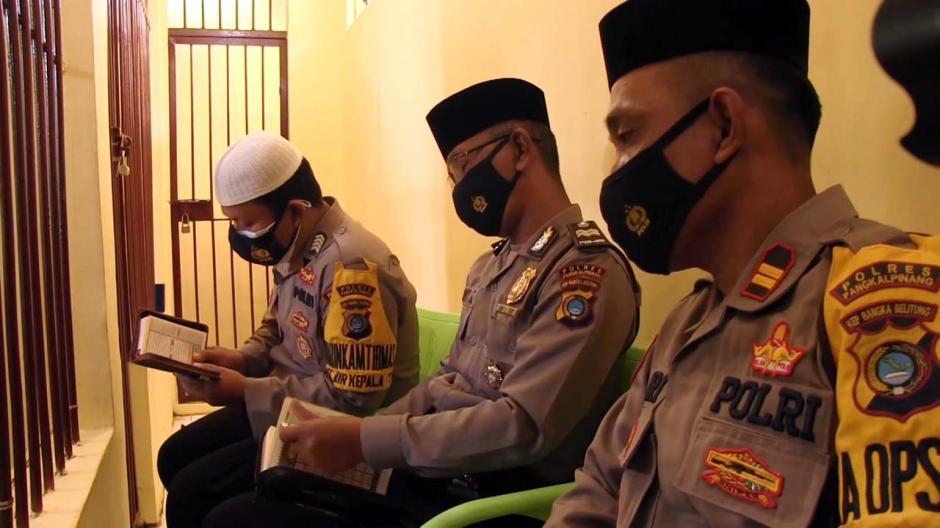 Dari Balik Jeruji, Polisi Ini Ajarkan Tahanan Mengaji dan Sumbangkan Gaji untuk Bantu Warga-1
