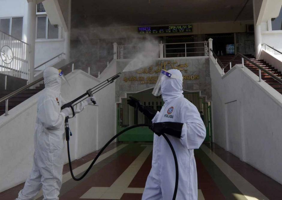 Jelang Ramadan, Brimob Polda Lampung Semprot Disinfektan di Masjid Agung Al-Furqon-0