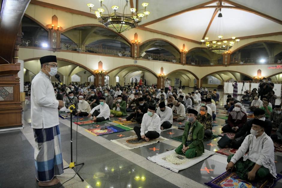 Safari Ramadan Pertama, Kang Emil Salat Tarawih di Masjid Pusdai Bandung-1