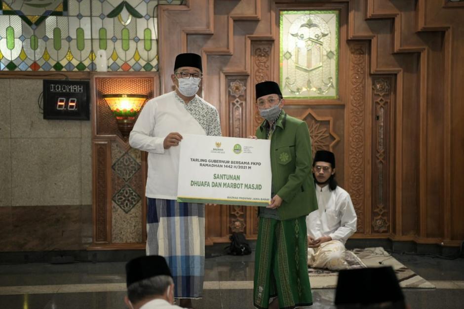 Safari Ramadan Pertama, Kang Emil Salat Tarawih di Masjid Pusdai Bandung-3