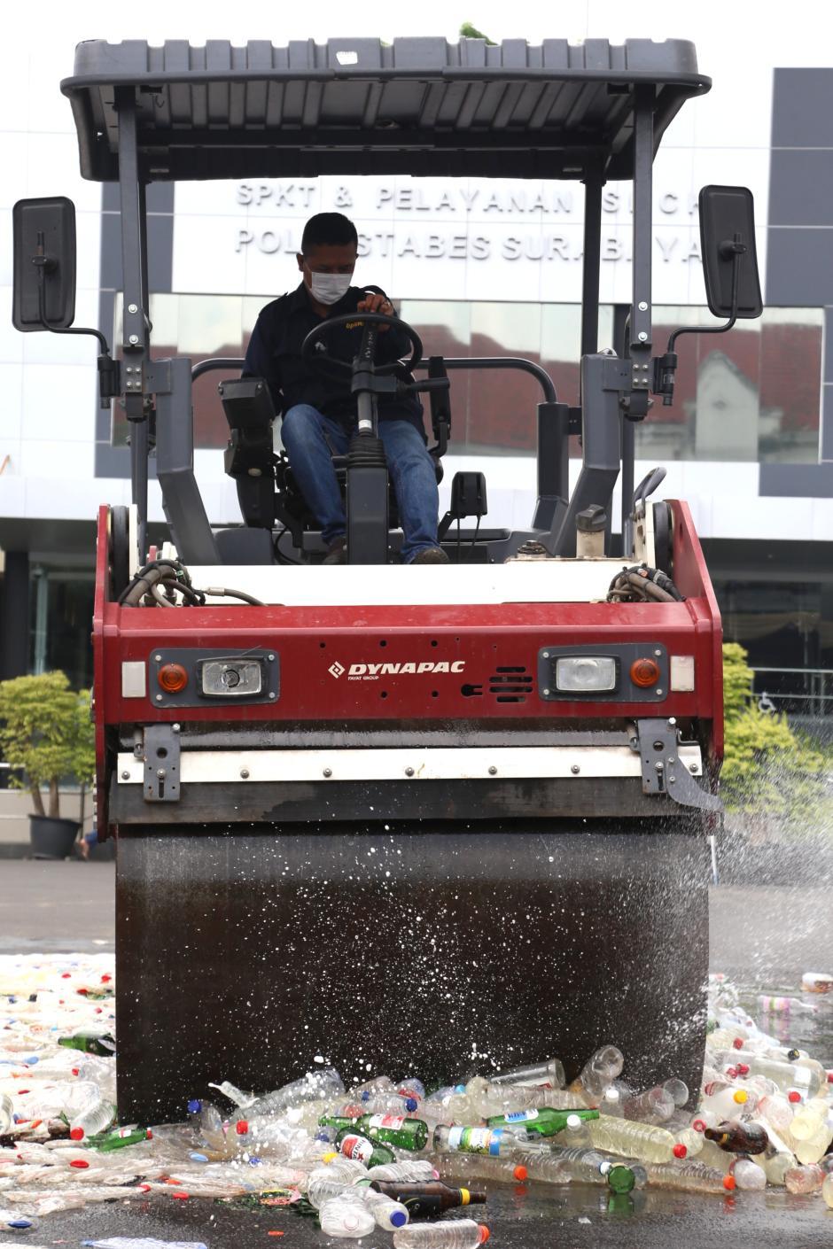 Hari Pertama Puasa, Polrestabes Surabaya Musnahkan Ribuan Miras-2