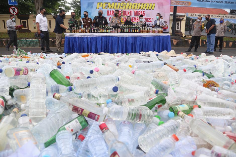 Hari Pertama Puasa, Polrestabes Surabaya Musnahkan Ribuan Miras-1