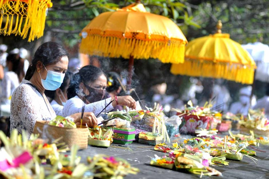 Terapkan Prokes, Umat Hindu di Bali Khusyuk Rayakan Galungan-0