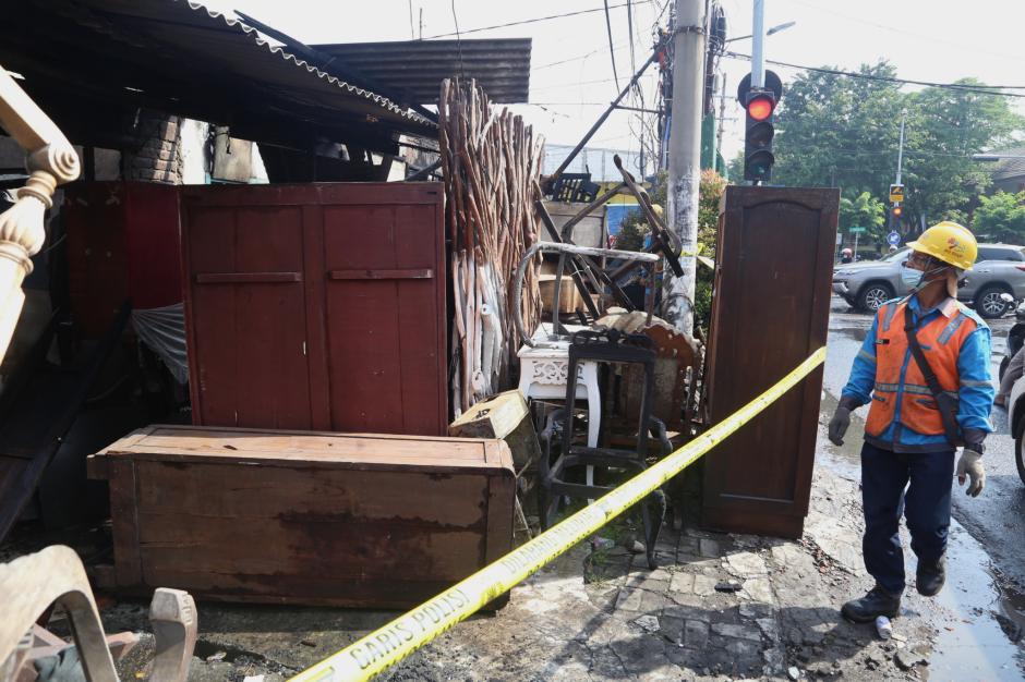 Perbaikan Jaringan Listrik Pasca Kebakaran Bengkel Mebel di Surabaya-2