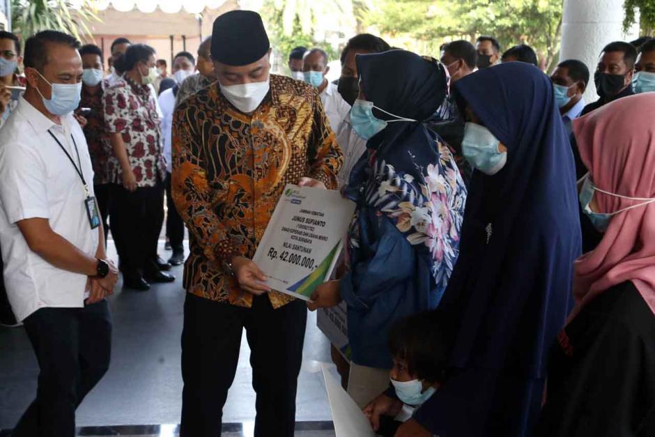 BPJamsostek Surabaya Raya Serahkan Bantuan Beras Kepada Serikat Pekerja dan Buruh-1
