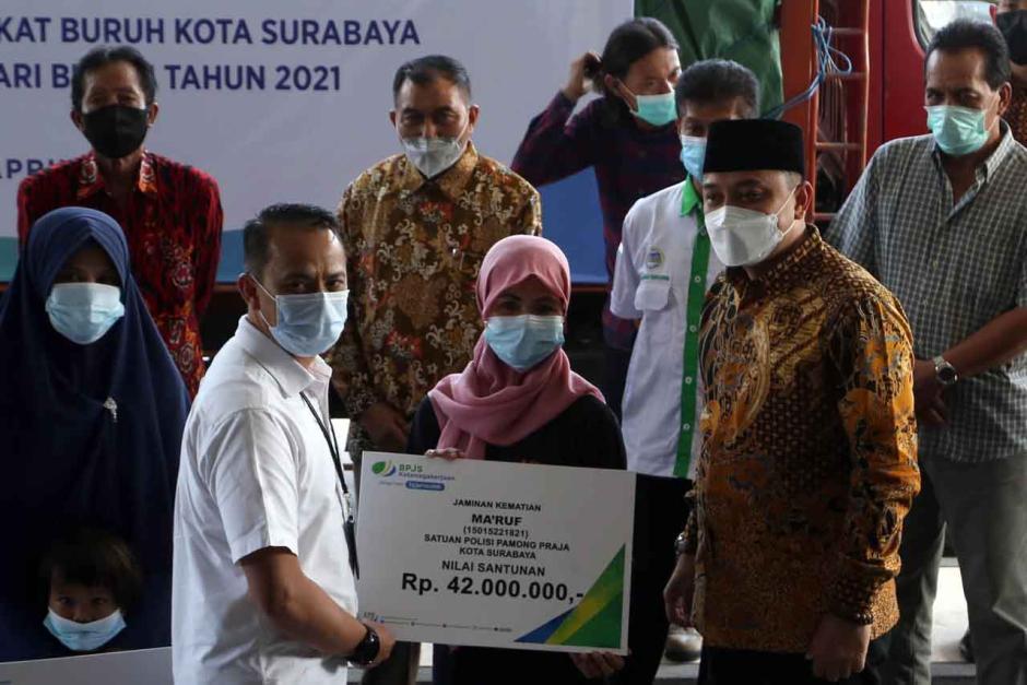 BPJamsostek Surabaya Raya Serahkan Bantuan Beras Kepada Serikat Pekerja dan Buruh-2