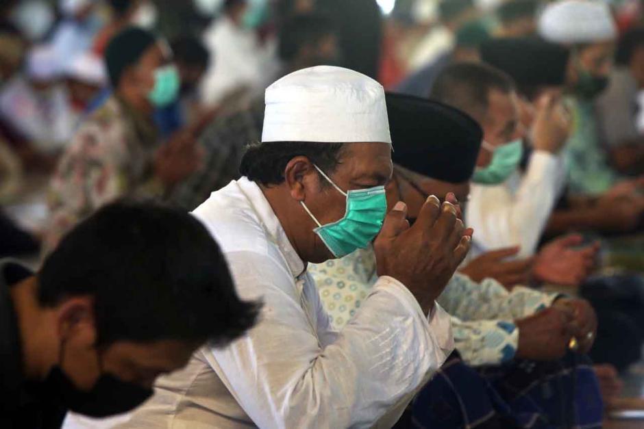 Ribuan Jamaah Ikuti Salat Jumat Minggu Pertama Ramadan di Masjid Al-Akbar Surabaya-6