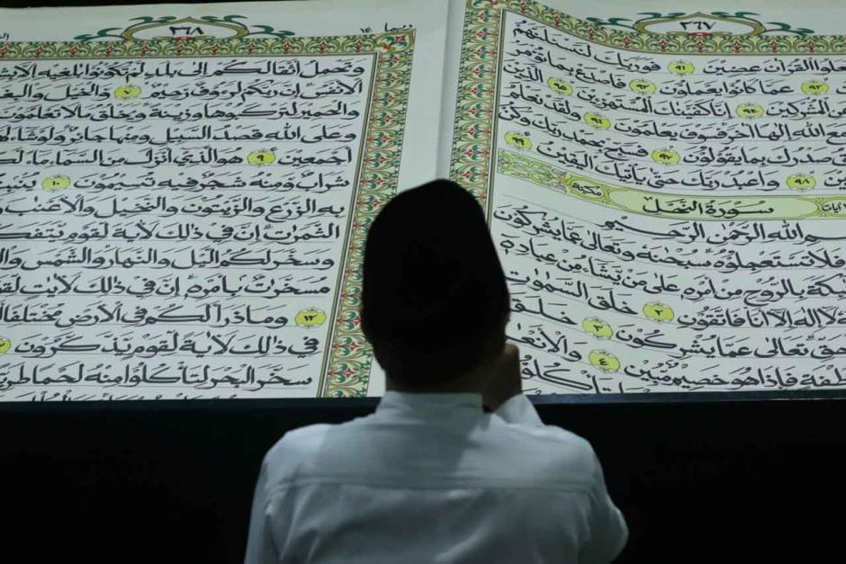 Tradisi Tadarus Dengan Al Quran Raksasa di Masjid Baiturrahman Banyuwangi-0