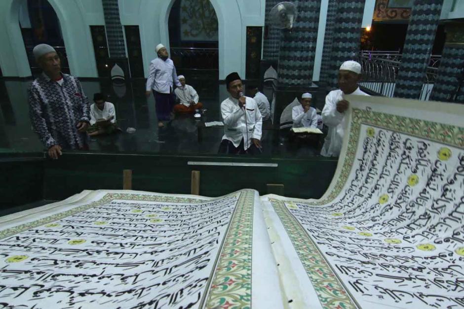 Tradisi Tadarus Dengan Al Quran Raksasa di Masjid Baiturrahman Banyuwangi-2