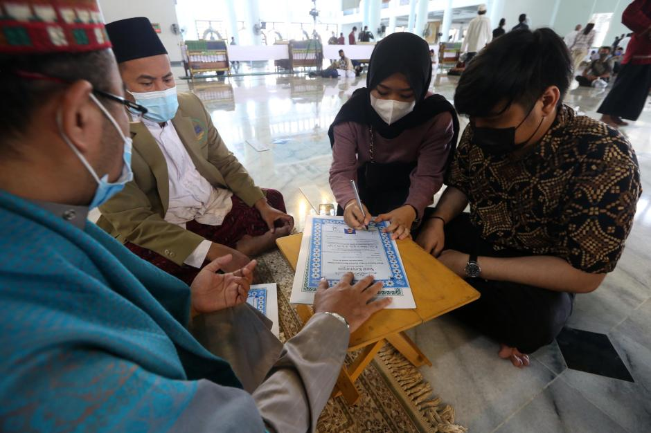 Direstui Orang Tua, Dua Mualaf Ini Bersyahadat di Masjid Al-Akbar Surabaya-3