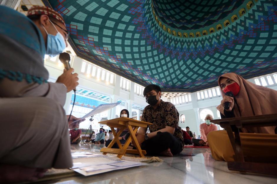 Direstui Orang Tua, Dua Mualaf Ini Bersyahadat di Masjid Al-Akbar Surabaya-4