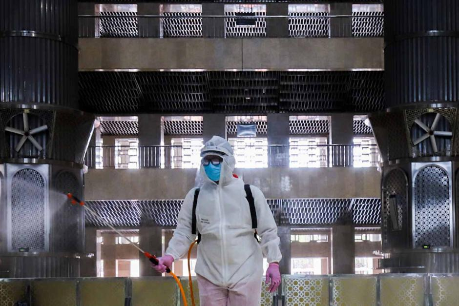 Usai Salat Tarawih, Masjid Istiqlal Kembali Disemprot Disinfektan-1