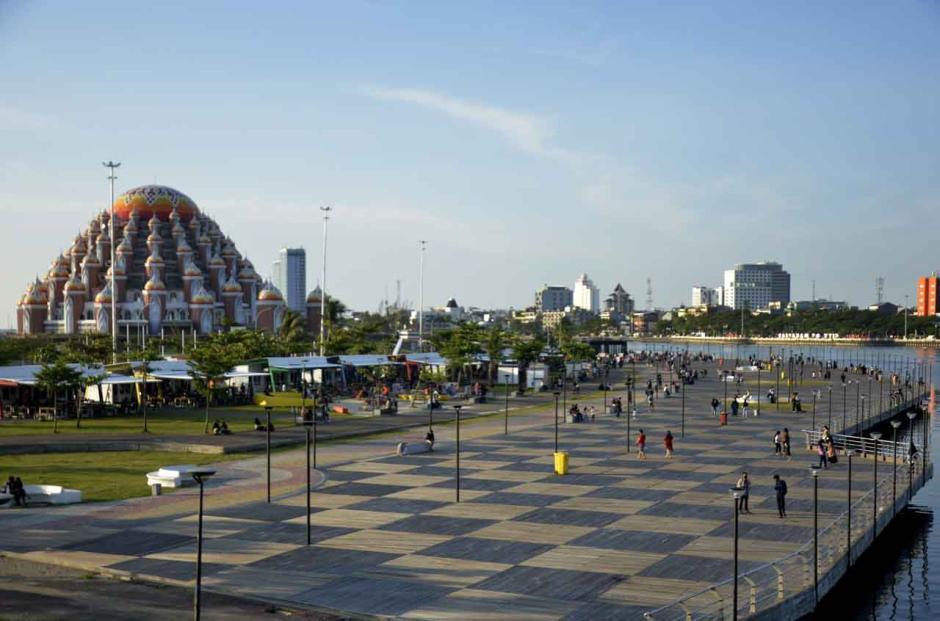 Ngabuburit, Warga Menikmati Sore di Kawasan Masjid 99 Kubah Makassar-0