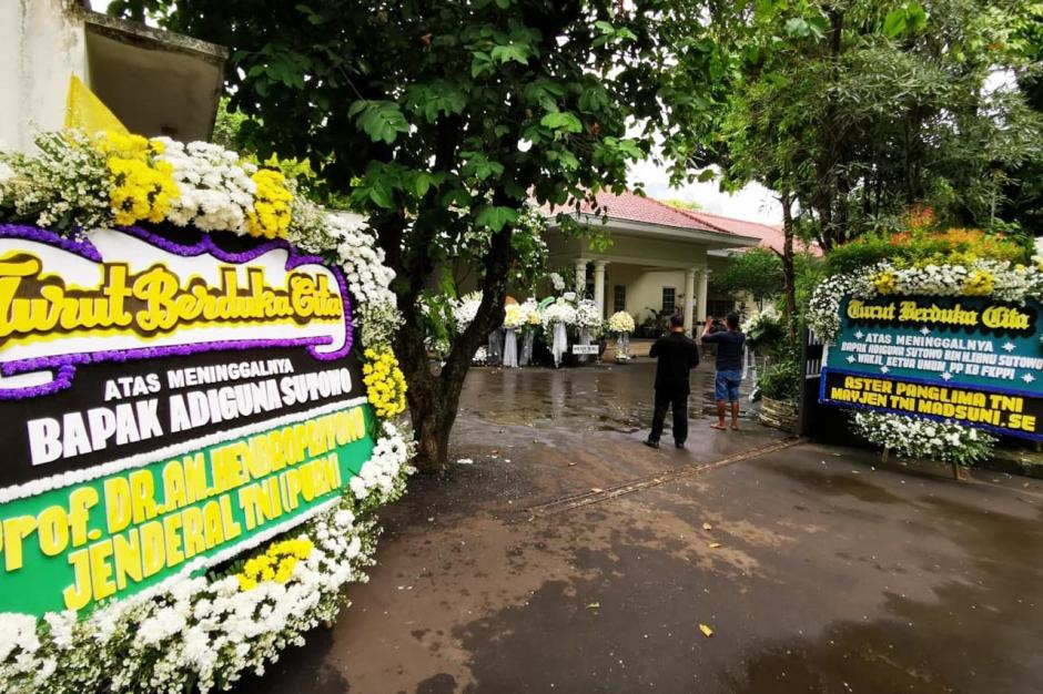 Adiguna Sutowo Meninggal, Rumah Duka di Menteng Dibanjiri Karangan Bunga-0