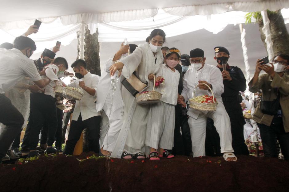 Pelayat Terus Berdatangan Memanjatkan Doa di Makam Adiguna Sutowo-0