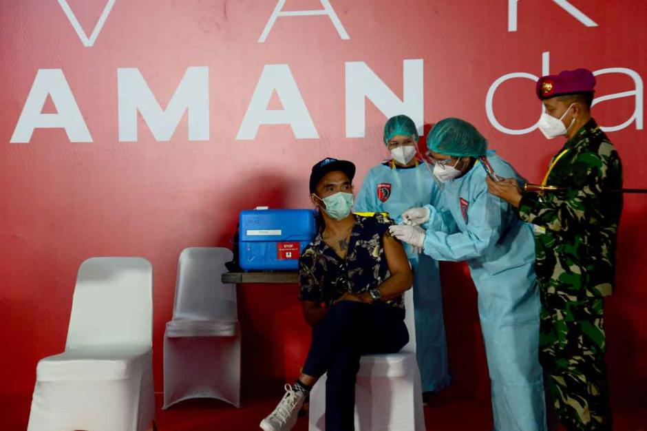 Personel Slank dan Pekerja Seni Jalani Vaksinasi Covid-19-0