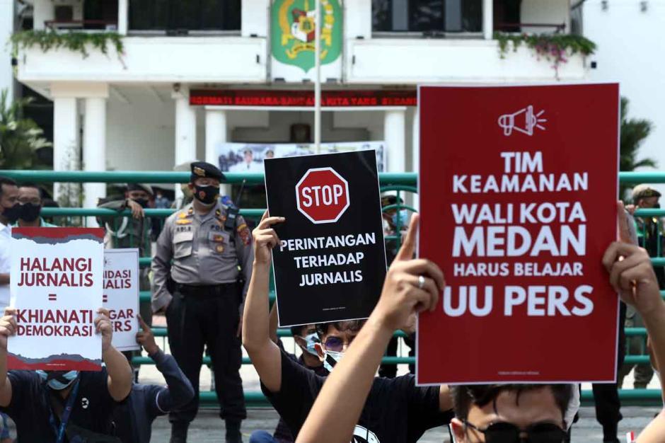 Aksi Tutup Mulut Jurnalis di Medan-1