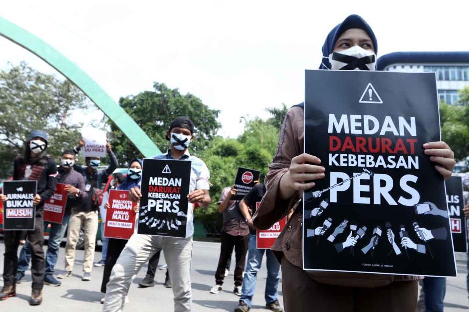 Aksi Tutup Mulut Jurnalis di Medan-0