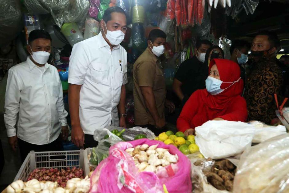 Mendag Muhammad Lutfi Tinjau Pasar Wonokromo Surabaya-4