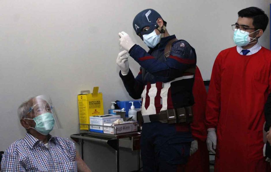 Dokter Superhero Vaksinasi Lansia Tertua-0