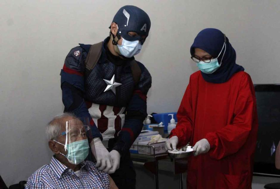 Dokter Superhero Vaksinasi Lansia Tertua-1
