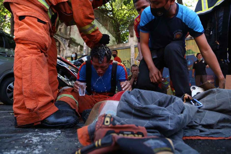 Bertaruh Nyawa, Petugas Damkar Terkapar Usai Evakuasi 3 Penghuni Ruko-5