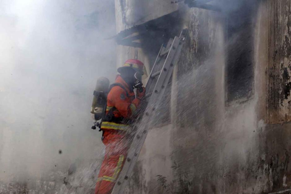 Bertaruh Nyawa, Petugas Damkar Terkapar Usai Evakuasi 3 Penghuni Ruko-1