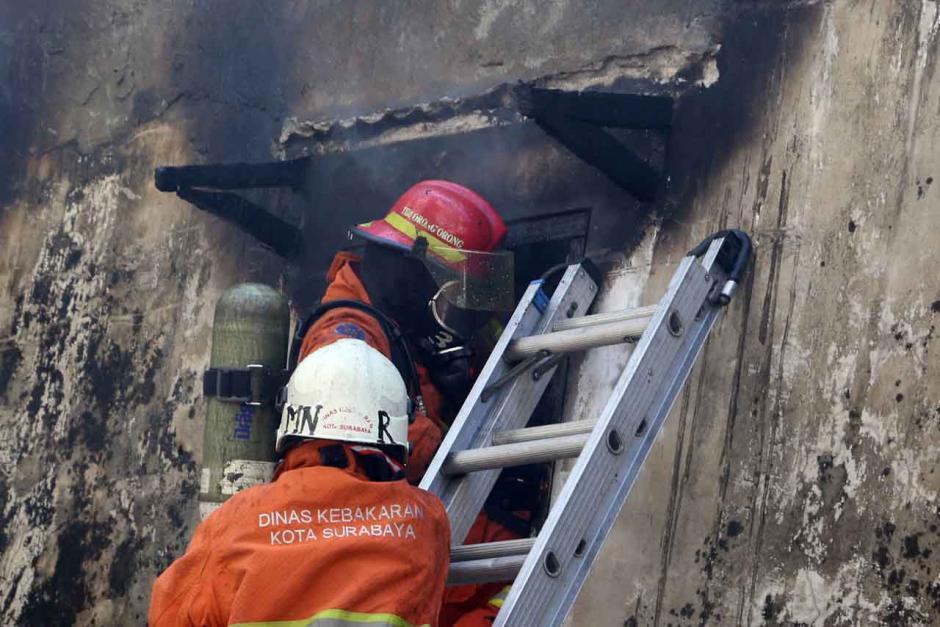 Bertaruh Nyawa, Petugas Damkar Terkapar Usai Evakuasi 3 Penghuni Ruko-7
