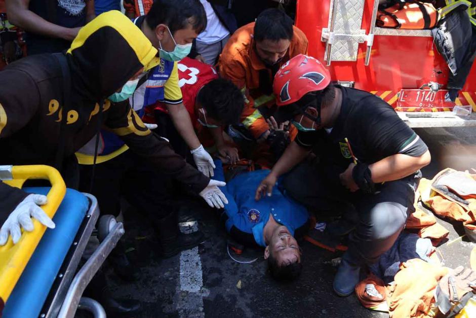 Bertaruh Nyawa, Petugas Damkar Terkapar Usai Evakuasi 3 Penghuni Ruko-4
