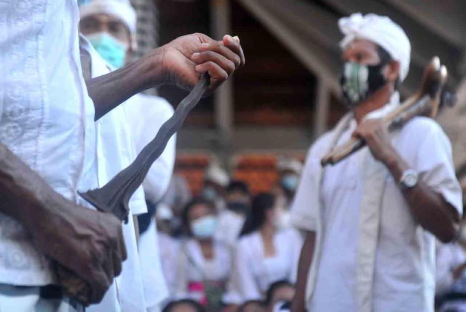 Bikin Ngilu, Begini Tradisi Ngerebong di Bali-2
