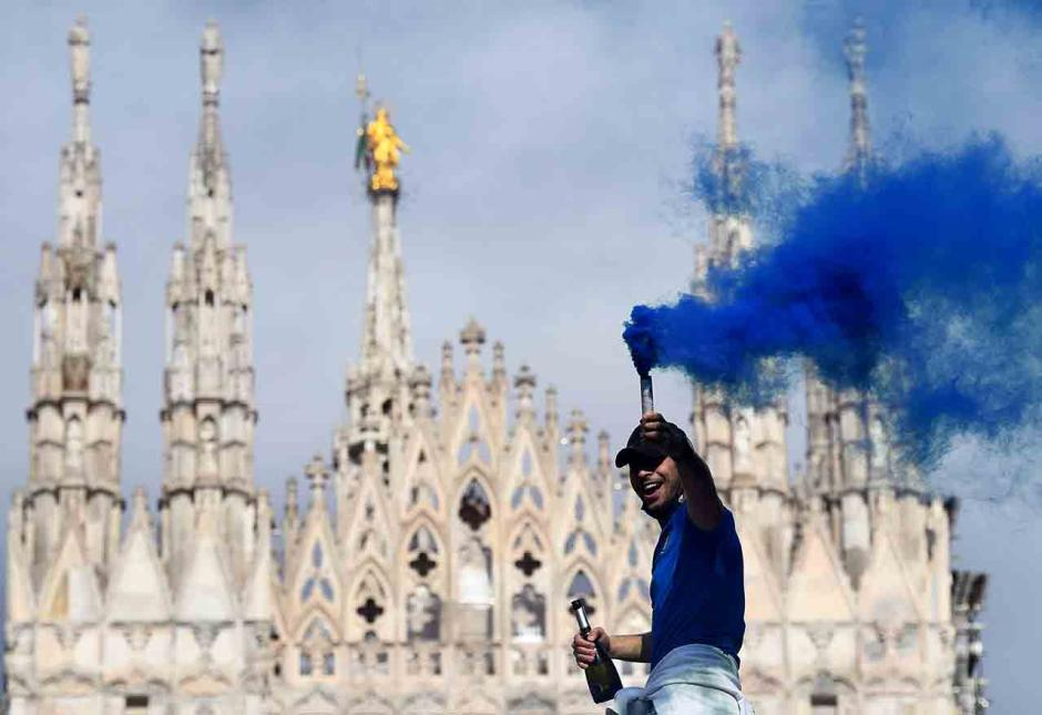 Sambut Scudetto ke-19, Fans Inter Milan Birukan Piaza Duomo-2