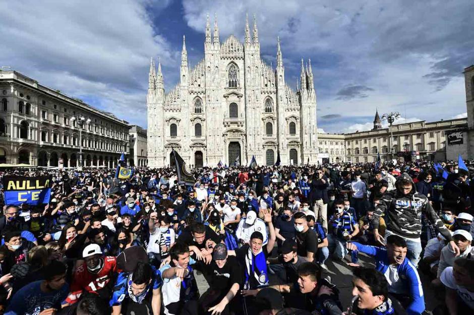 Sambut Scudetto ke-19, Fans Inter Milan Birukan Piaza Duomo-5