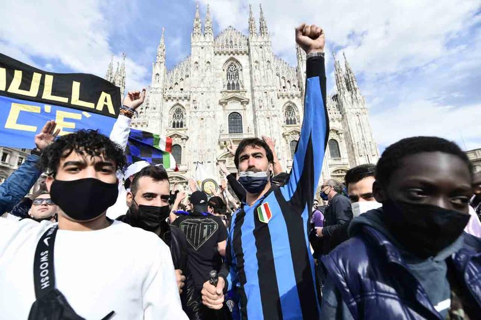 Sambut Scudetto ke-19, Fans Inter Milan Birukan Piaza Duomo-1