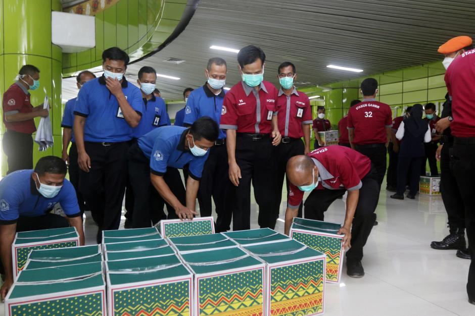 Dirut KAI Bagikan Paket Sembako kepada 263 Porter-1