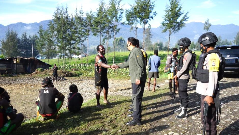 Humas Ops Nemangkawi Sambangi Persiapan Bakar Honai di Distrik Ilaga Puncak-0