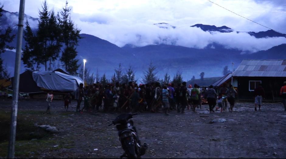 Humas Ops Nemangkawi Sambangi Persiapan Bakar Honai di Distrik Ilaga Puncak-4