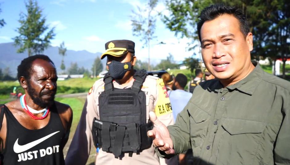 Humas Ops Nemangkawi Sambangi Persiapan Bakar Honai di Distrik Ilaga Puncak-1