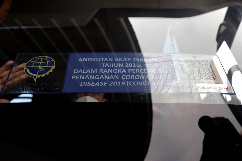 Pemasangan Stiker Khusus Bus yang Beroperasi saat Larangan Mudik-0
