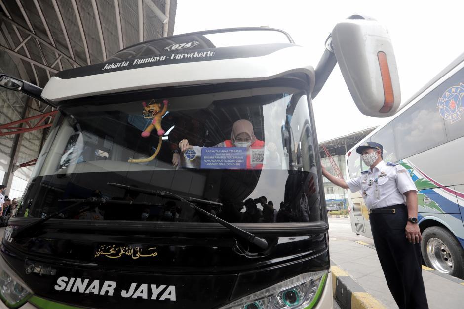 Pemasangan Stiker Khusus Bus yang Beroperasi saat Larangan Mudik-2