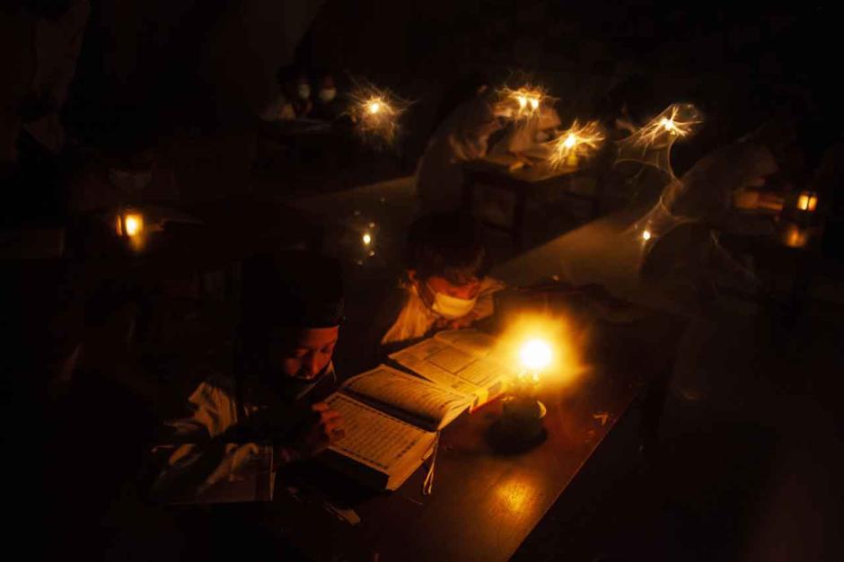 Melatih Konsentrasi Mengaji, Santri Gunakan Lilin dan Lampu Minyak untuk Penerangan-0